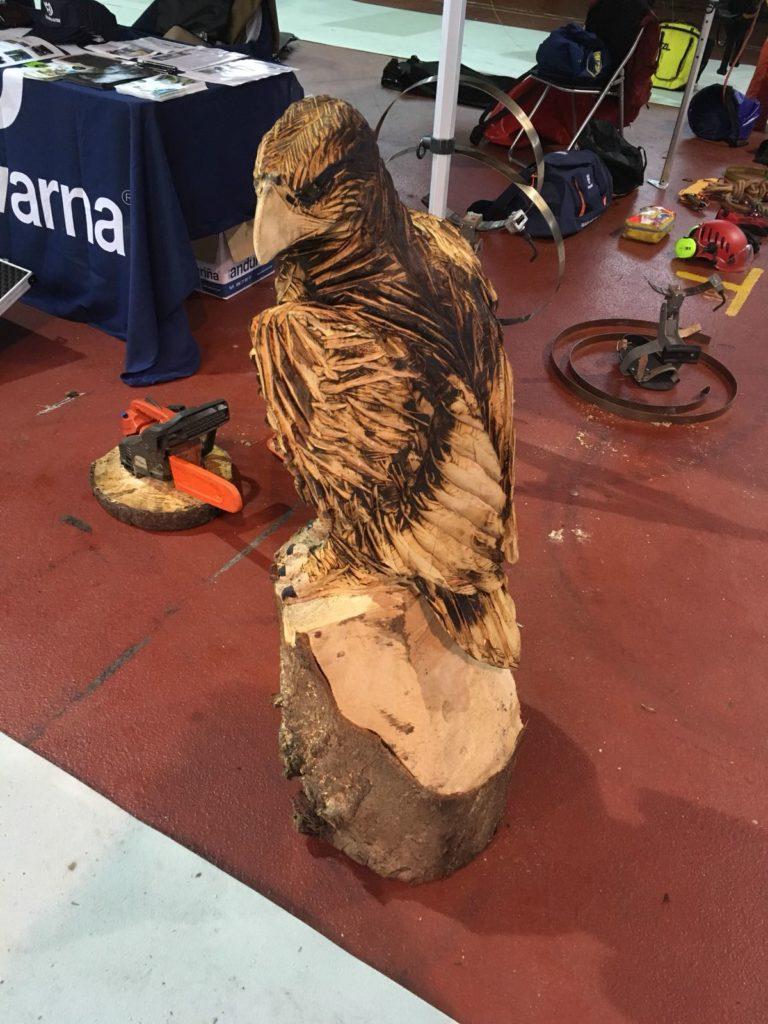 figura de aguila en madera